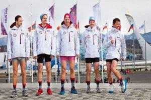 На льду аж жарко стало! Горячие норвежские спортсмены оголились на фоне Олимпийского огня