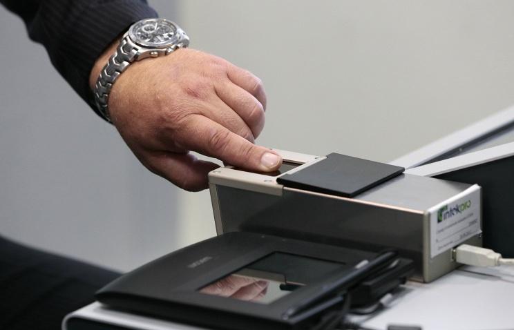 В России начинают оформлять биометрические загранпаспорта с отпечатками пальцев