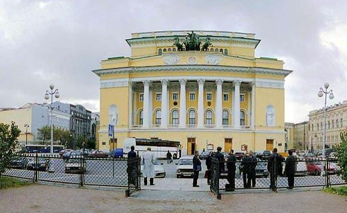 Спрос на представления в театрах в центре Санкт-Петербурга начинает расти