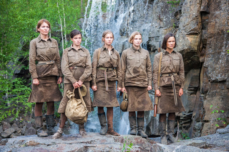 Новая российская кинодрама «А зори здесь тихие» поднялась на вершины кинопроката