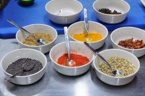 Дегустация еды в школьных столовых Индии