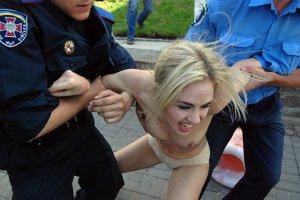 Активистки FEMEN, желая попасть в фокус, оказались в камере