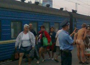 Встретить любимую девушку голым…на вокзале