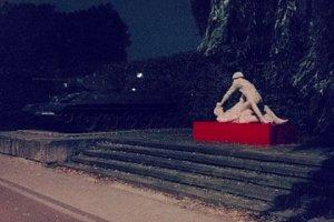 Польша: автор скульптуры солдата-насильника отдан под суд