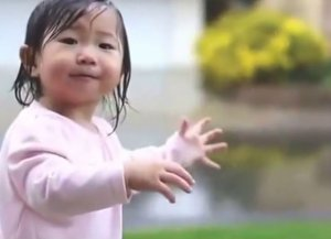 Дождик порадовал годовалую малышку
