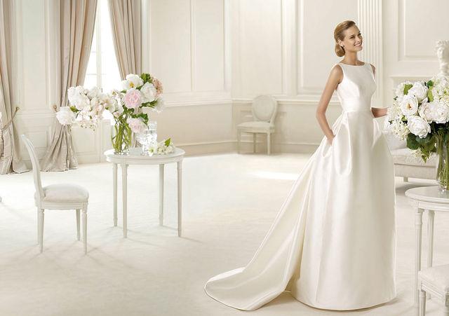 Атласное свадебное платье с кармашком
