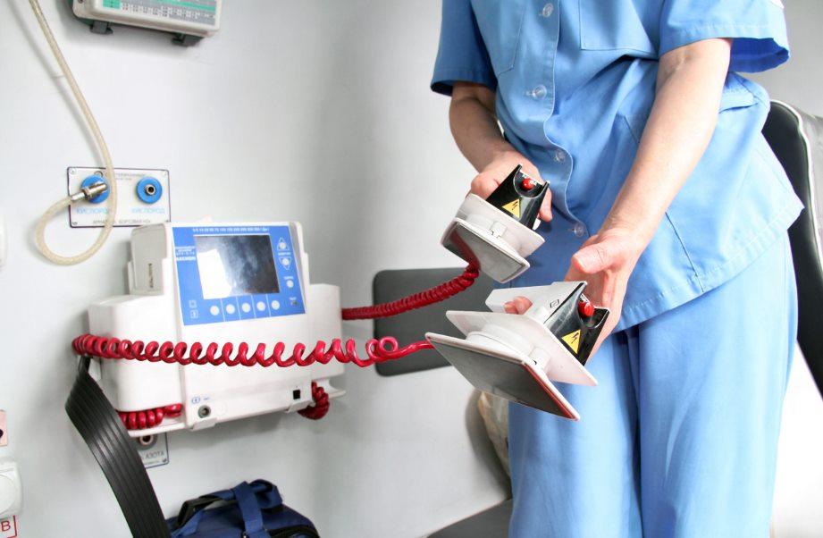 Дефибрилляторные устройства различного профессионального уровня