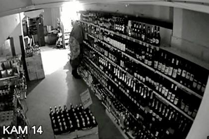 В Кирове укутанная в скатерть женщина неспешно грабила магазин продуктов