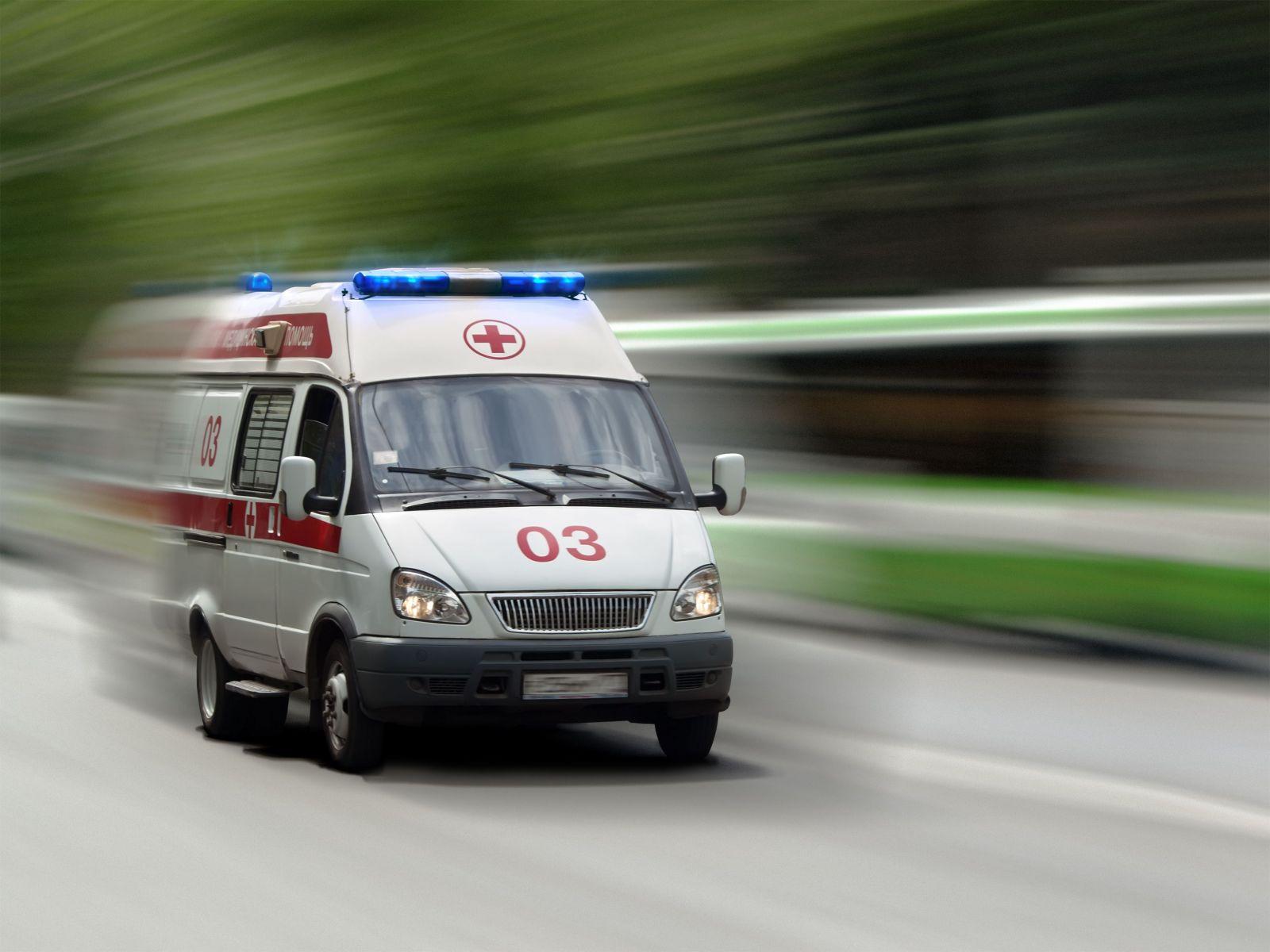 Медиков принявших выжившую в аварии женщину за труп и на час накрывших ее полиэтиленом уволили