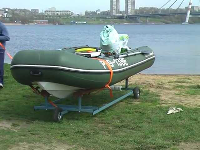 Спуск ПВХ лодки на воду с помощью специальных колес