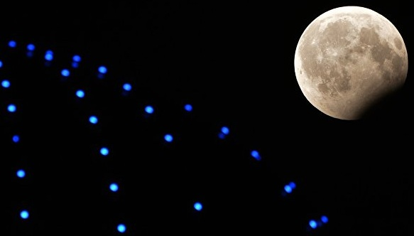 Пользователи Сети выложили видео и фото лунного затмения века