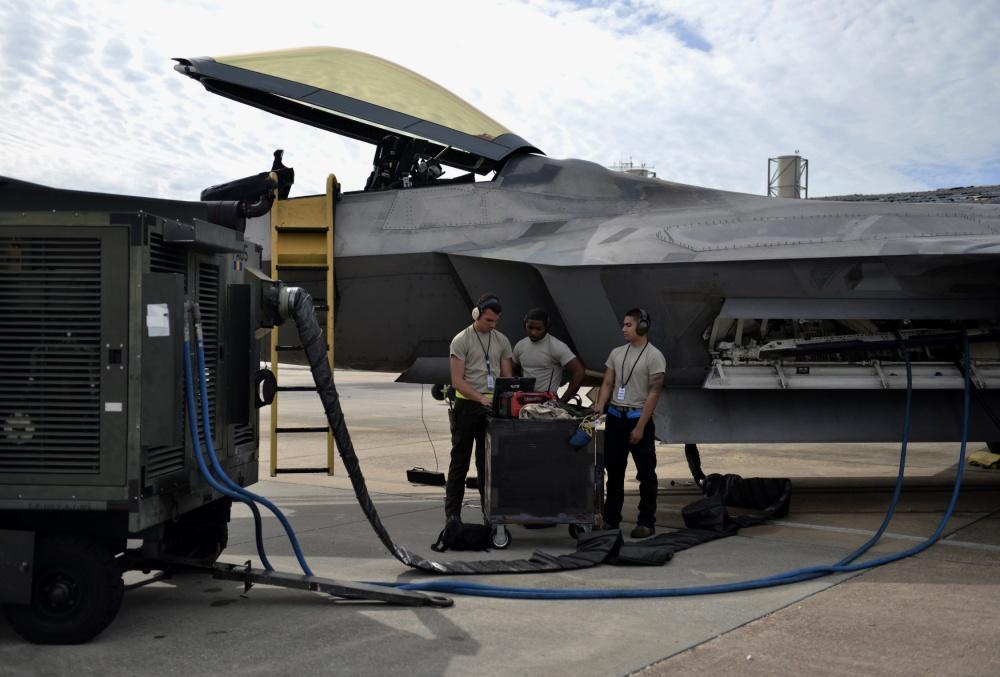 Потрепанные стихией истребители F-22 сейчас выбираются из всего, что натворил ураган Майкл