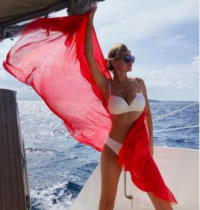 Фото в бикини 55-летней Вики Цыгановой привело поклонников в восторг