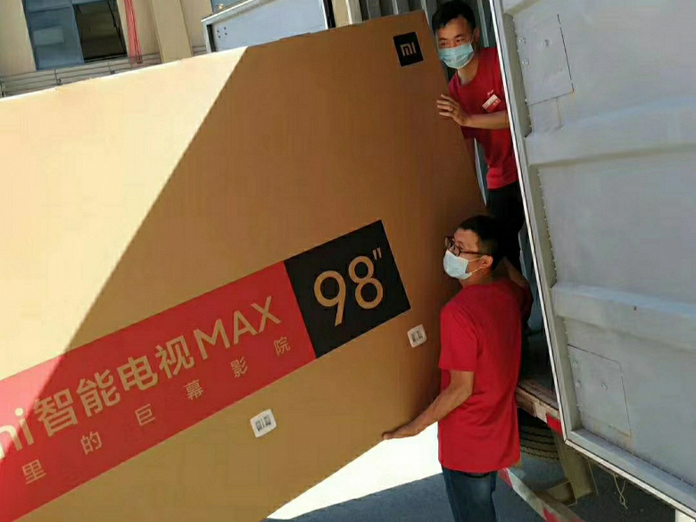 Xiaomi использует команду грузчиков и кран, чтобы доставлять телевизор