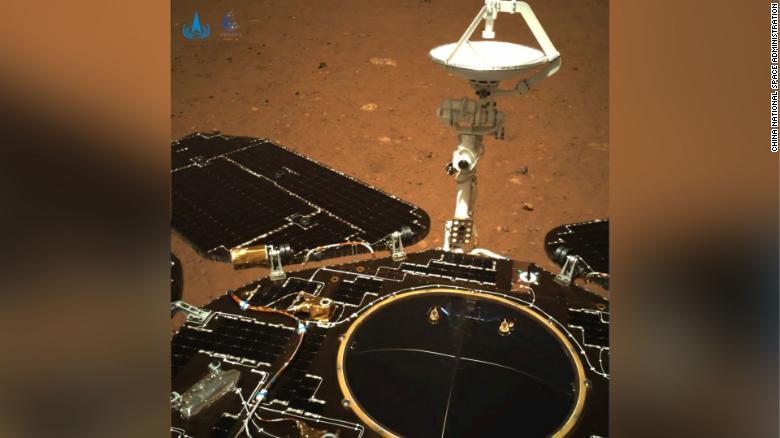Китай заявил, что Чжуронг впервые выехал на поверхность Марса