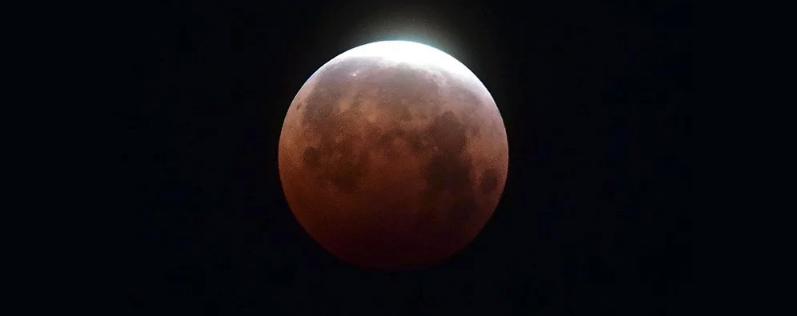 Удивительные фотографии со всего мира демонстрируют полное лунное затмение