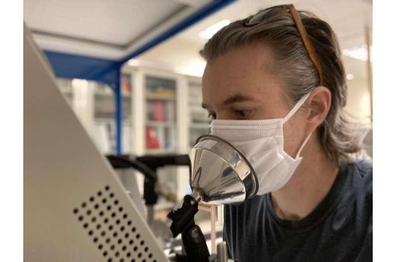 Маски блокируют доступ частиц к дыхательным путям, несмотря на утечки по краям