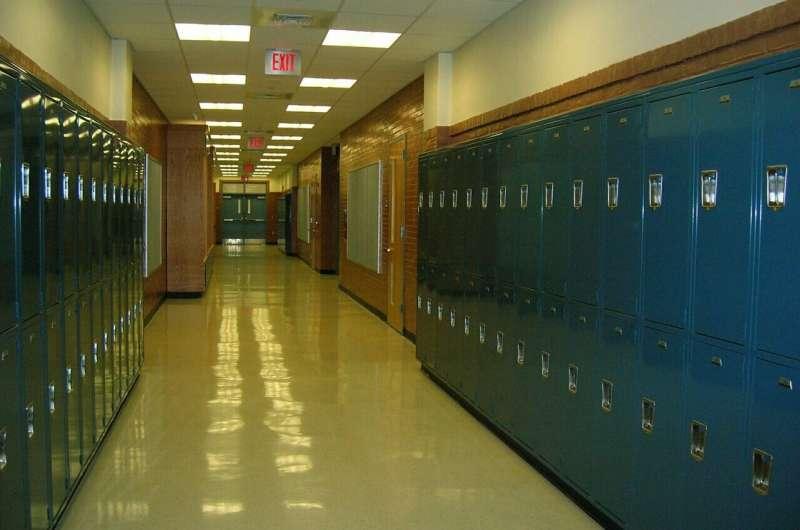 Исследование обнаружило «растущий разрыв» между учениками, которые посещают среднюю школу удаленно, и лично