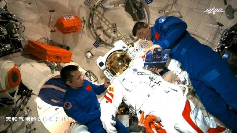 Астронавты совершили первый выход в открытый космос на новой китайской станции Тяньгун